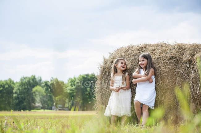 Chicas por un gran haybale - foto de stock