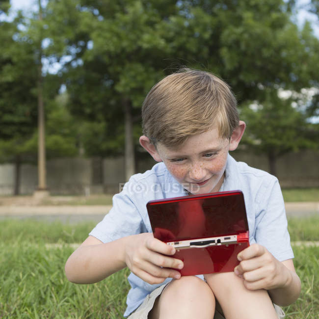 Мальчик с помощью электронных игр устройство . — стоковое фото