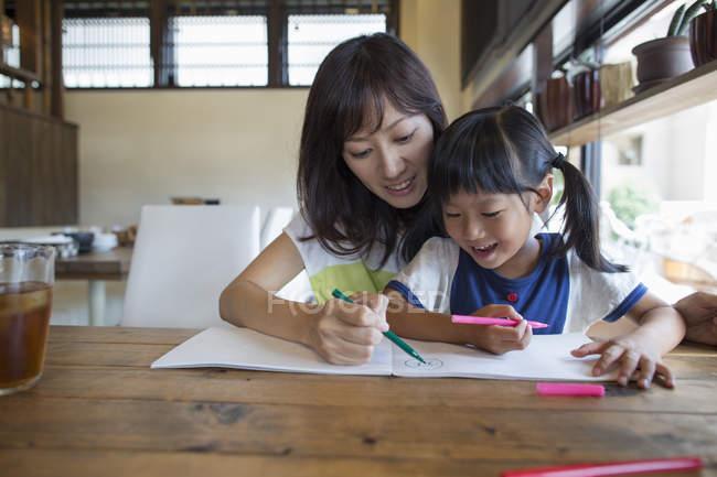 Мати і дочка малювання — стокове фото