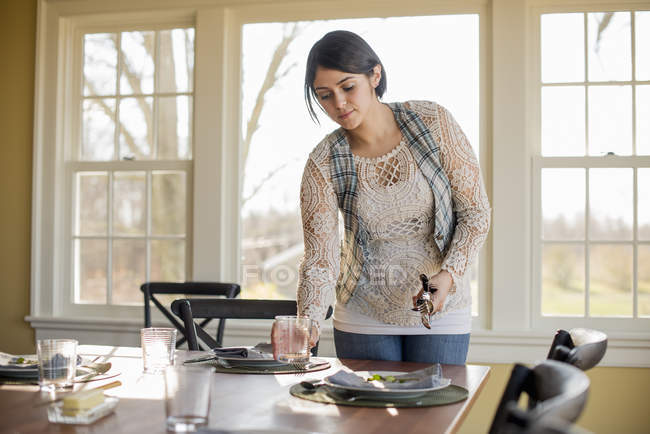 Woman setting the table for a meal — Stock Photo