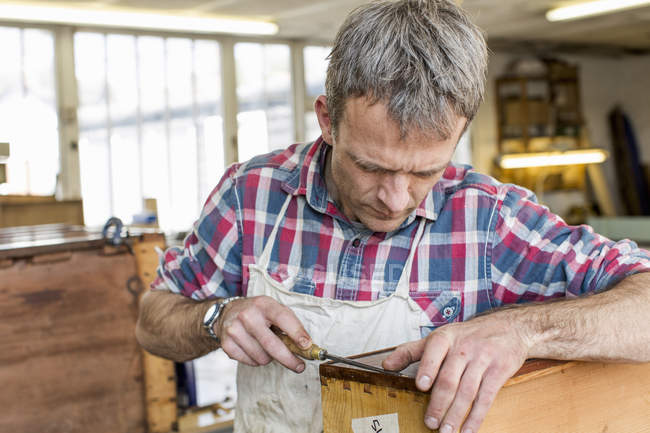 Людина в меблевий цех відновлення — стокове фото