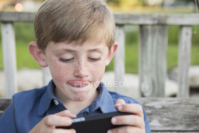 Хлопчик за допомогою електронних планшет — стокове фото