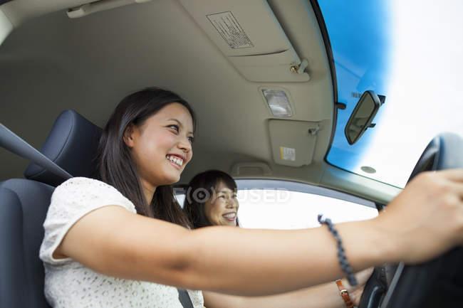 Мати і дочка, водіння — стокове фото