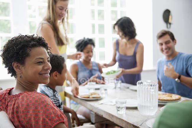 Rassemblement pour un repas de famille — Photo de stock