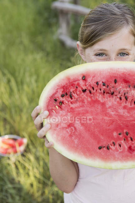 Menina segurando melão de água . — Fotografia de Stock