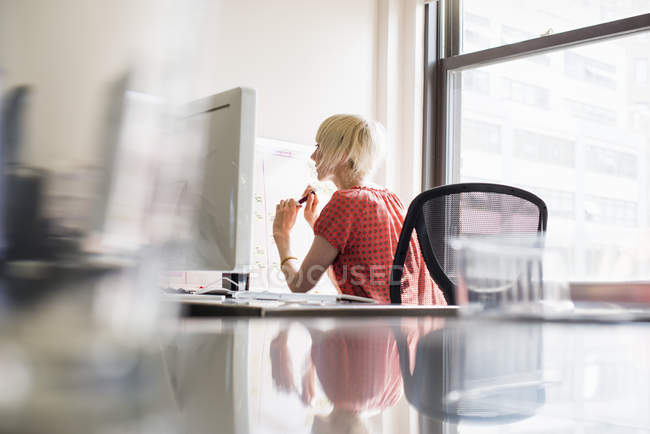 Woman working at an office desk. — Stock Photo