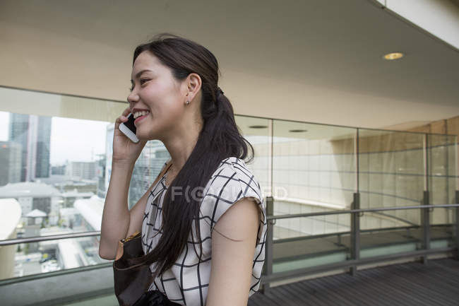 Жінка на доріжці в торговельного комплексу — стокове фото