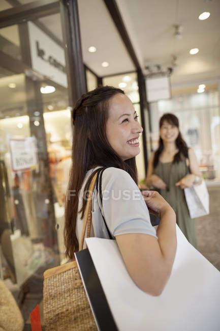 Мати і дочка в торговому центрі. — стокове фото