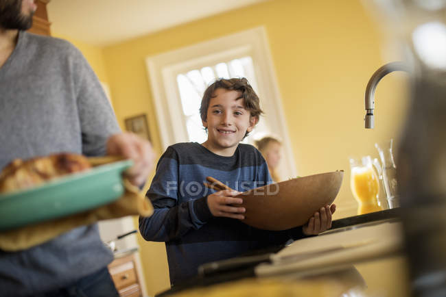 Мальчик с большой деревянной миске — стоковое фото