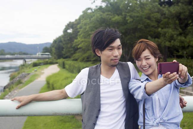 Чоловік і жінка, беручи selfie — стокове фото