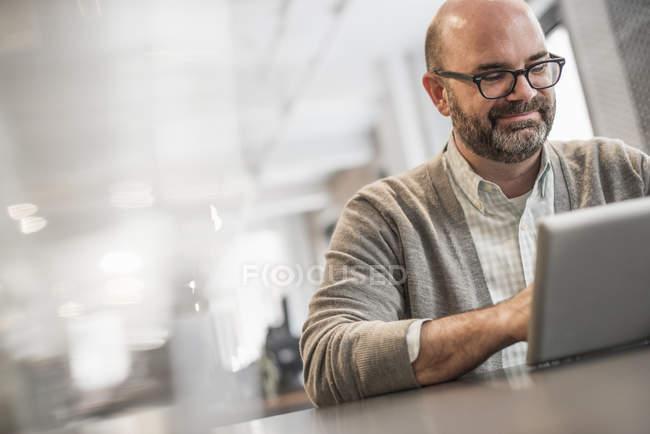 Чоловік працює на ноутбук. — стокове фото