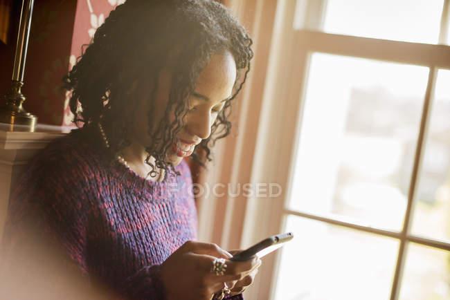 Donna che controlla il cellulare — Foto stock