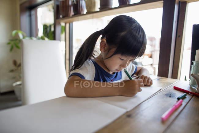 Дівчина малюнок з фломастери. — стокове фото