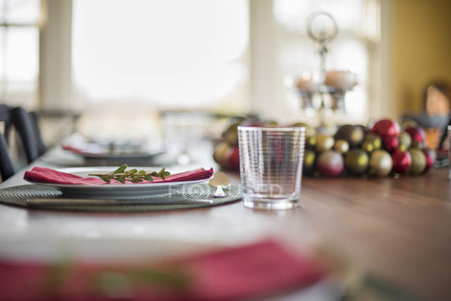 Tisch gelegt für Weihnachtsessen — Stockfoto