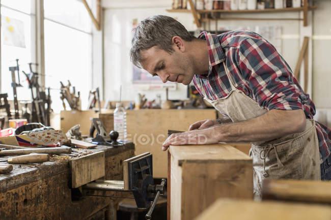 Möbelrestaurator in seiner Werkstatt — Stockfoto