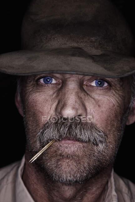 Людина ковбой в побоїв капелюх — стокове фото