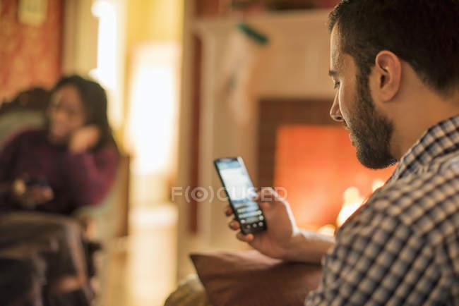Checando o celular de homem — Fotografia de Stock