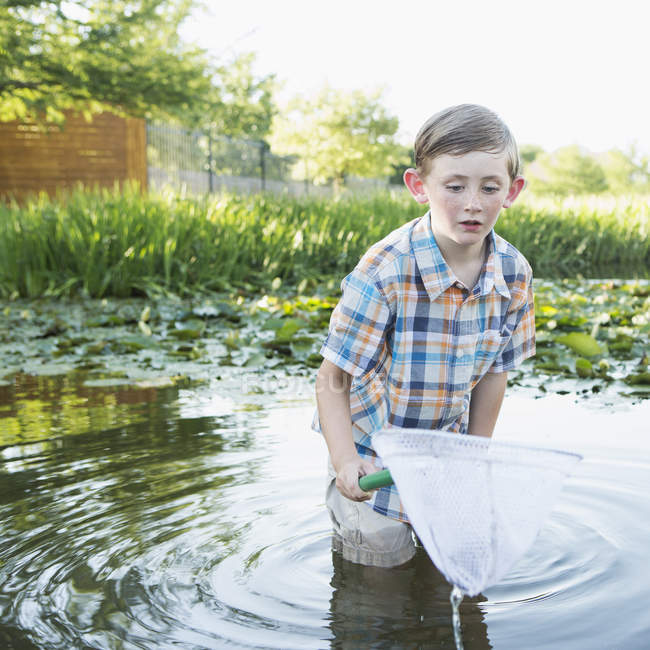 Rapaz com uma rede de pesca. — Fotografia de Stock
