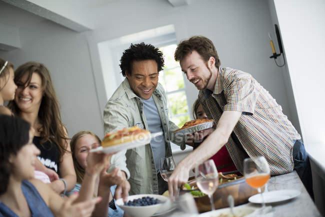 Семейный праздник для еды — стоковое фото