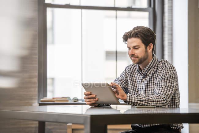 Чоловік працює на цифровий планшетний — стокове фото