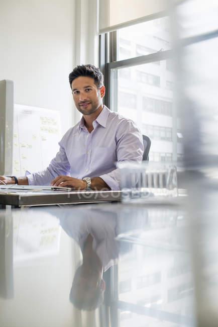 Man sitting at his desk. — Stock Photo