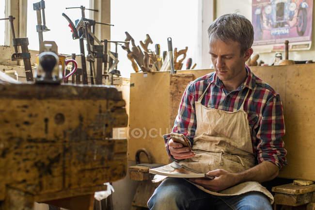 Restauratore di mobili antichi nel suo laboratorio — Foto stock
