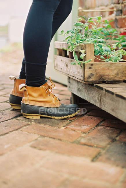 Mujer con botas impermeables - foto de stock