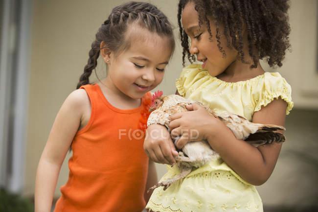 Два молодих дівчат, тримаючись за ку — стокове фото