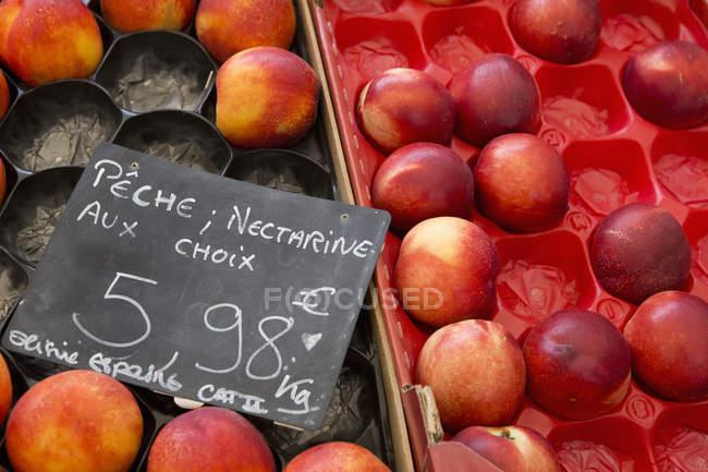 Boxen von Nektarinen auf eine Frucht-stall — Stockfoto