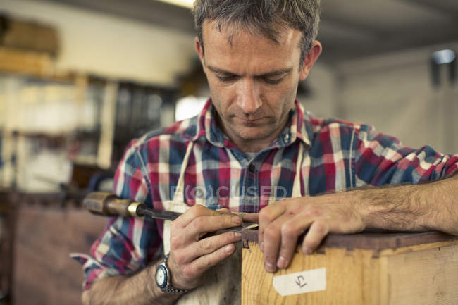 Меблі реставратор ремонт дерев'яні меблі — стокове фото