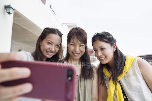 Жінок, що приймають на selfie — стокове фото