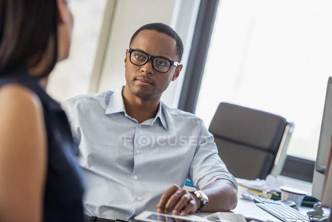 Uomo e donna in un ufficio . — Foto stock