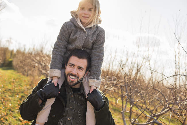 Man giving a child a ride on his shoulders — Stock Photo