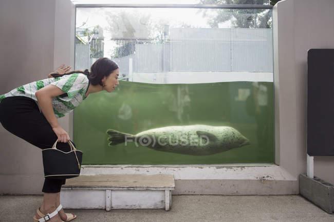 Frau von marine Tank hockend — Stockfoto