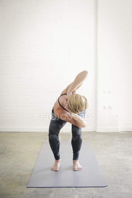 Woman doing yoga — Stock Photo