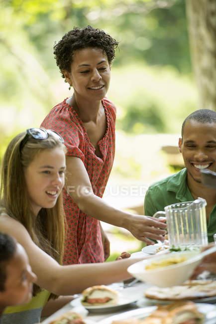 Сім'я їдять в саду — стокове фото