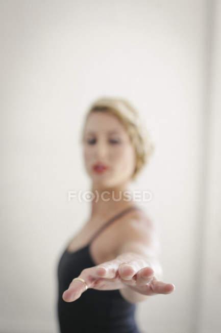 Mujer haciendo yoga - foto de stock