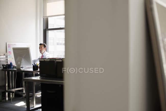 Человек, использующий компьютер . — стоковое фото