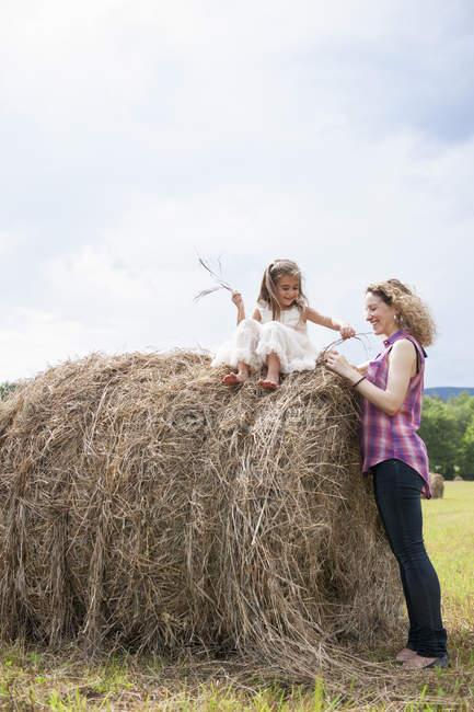 Madre jugando con su hija. - foto de stock