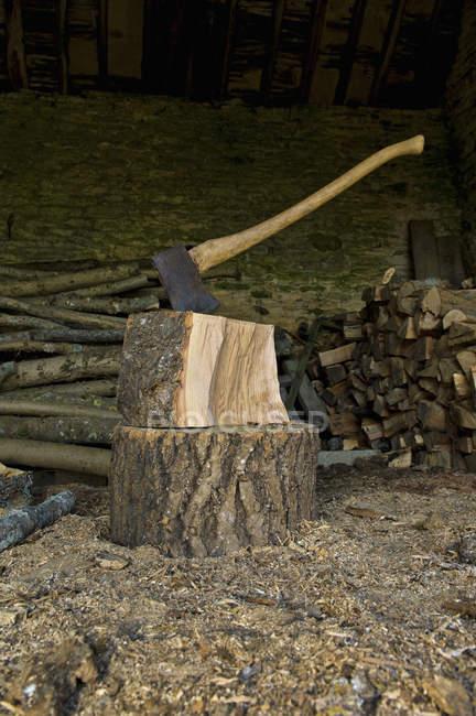 Hache coincée dans un morceau de bois — Photo de stock