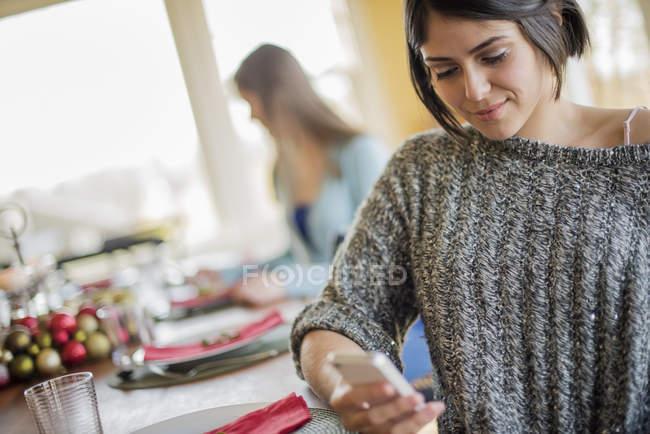 Женщина проверяет свой смартфон — стоковое фото