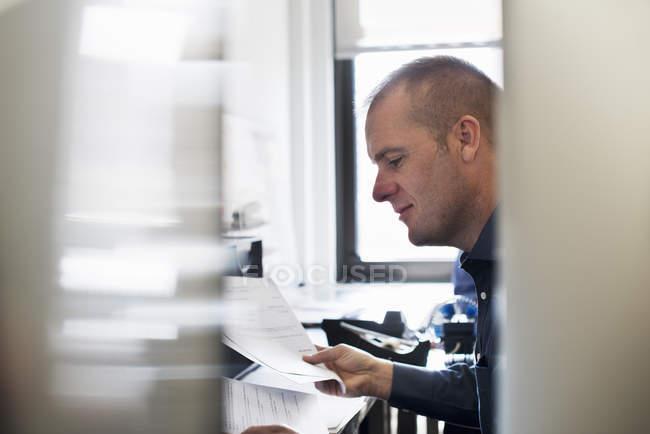 Людина, працюючи в офісі — стокове фото