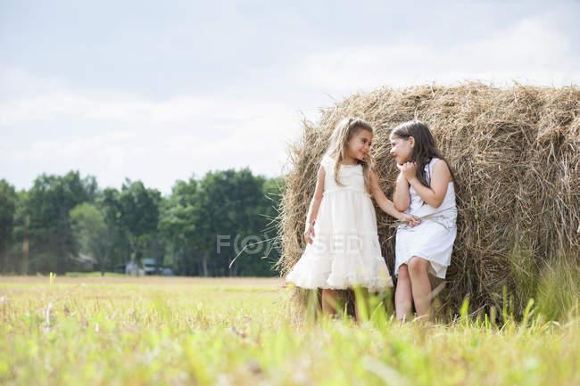 Dos niñas jugando en el campo - foto de stock