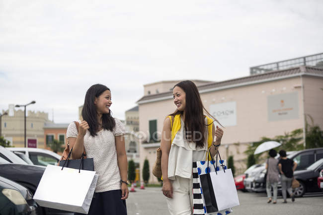 Women in a car park outside a shopping mall — Stock Photo