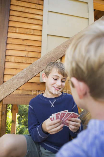 Dois irmãos jogando cartas — Fotografia de Stock