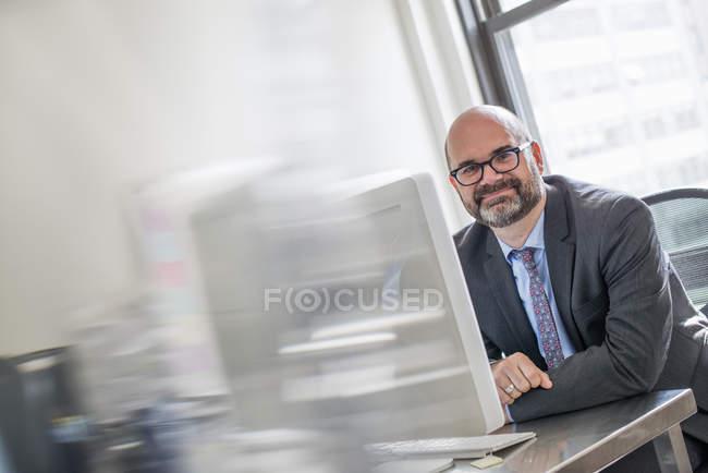 Mann in Anzug und Krawatte — Stockfoto