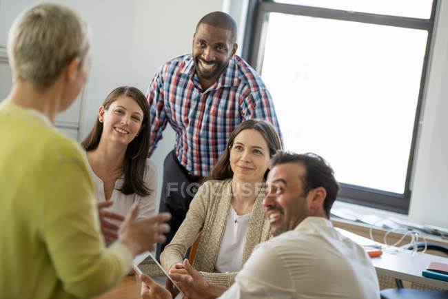 Пять человек в офисе — стоковое фото