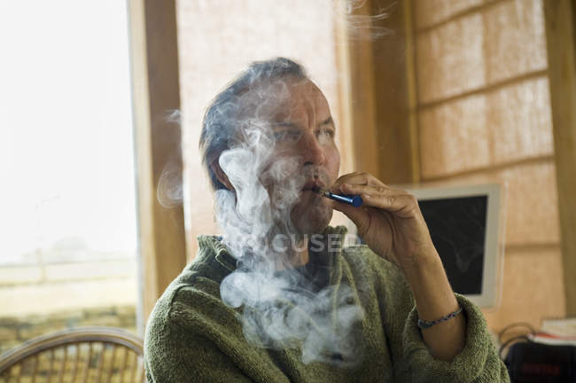 Homem que utiliza o cigarro electrónico — Fotografia de Stock