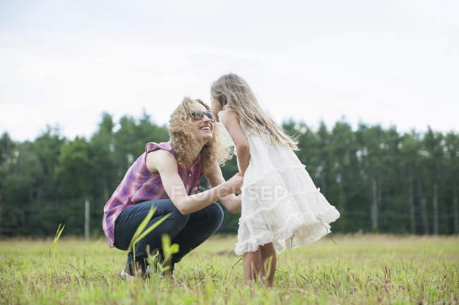 Madre al aire libre con su hija. - foto de stock