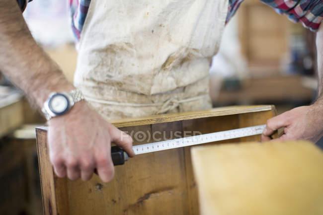 Реставратор выковыривает кусок дерева . — стоковое фото